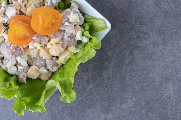 白いボウルに美味しいミートサラダ。