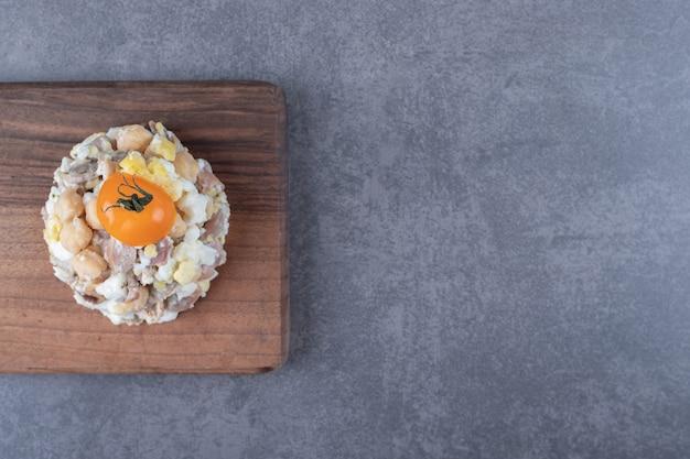 木の板に美味しいミートサラダ。