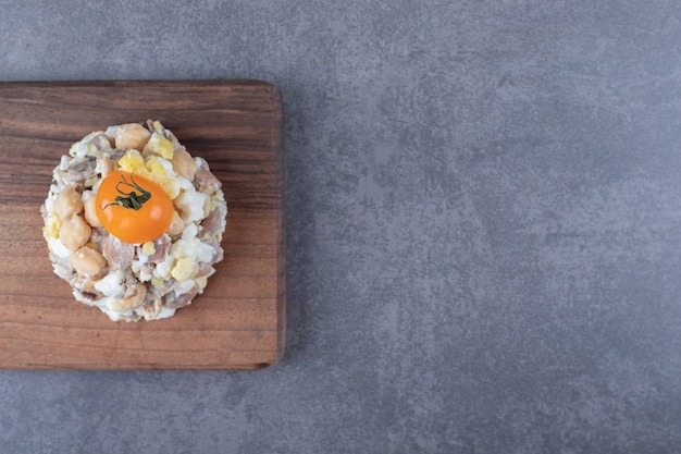 Deliziosa insalata di carne su tavola di legno.