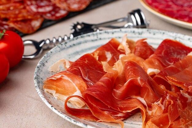 접시에 맛있는 고기 슬라이스를 닫습니다 photo