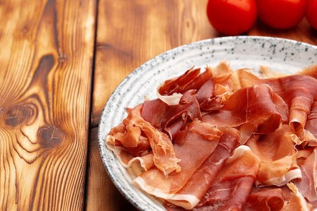 접시에 슬라이스 맛있는 고기를 닫습니다.