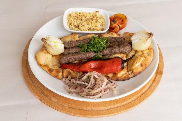 トルコ料理とサラダからのおいしいミートボール