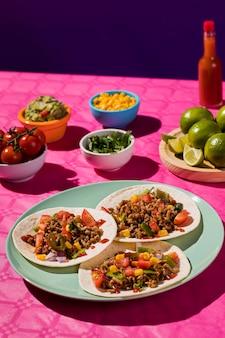 Вкусная мексиканская еда под высоким углом