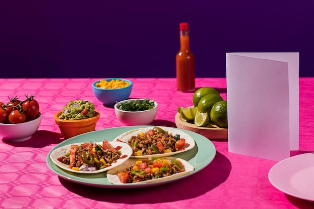 테이블에 맛있는 멕시코 음식