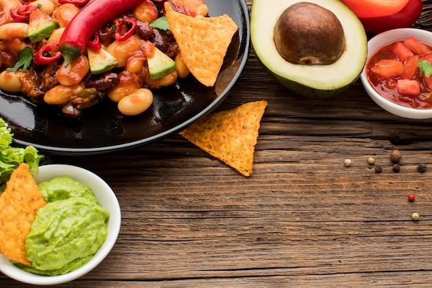 Вкусная мексиканская еда с гуакамоле, готовая к употреблению