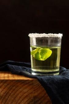 Delizioso arrangiamento di bevande mezcal?