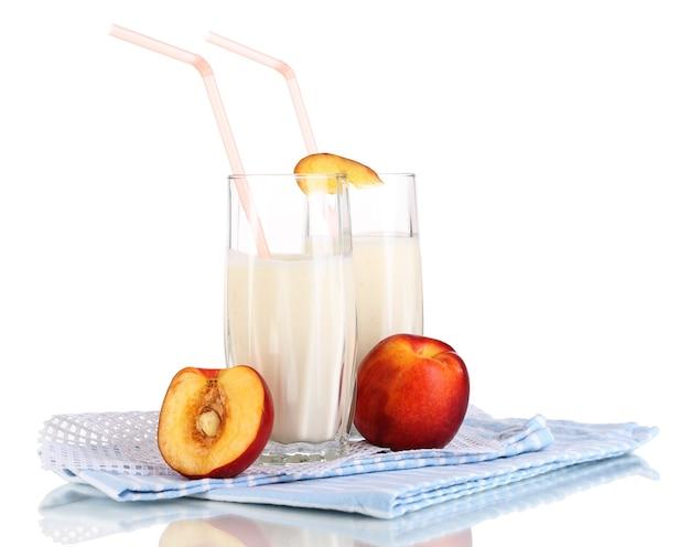 Вкусные молочные коктейли с персиком, изолированные на белом фоне