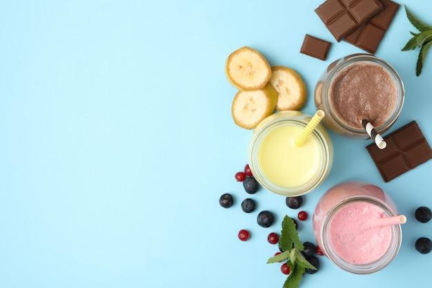 Вкусные молочные коктейли на синем фоне