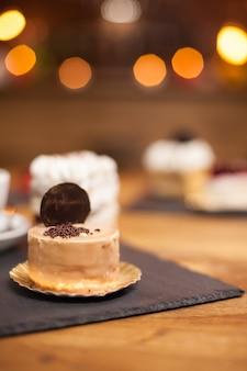 チョコレートのクランブルとおいしいビスケットを上に乗せたおいしいミニケーキ。伝統的な食材で焼いた美味しいケーキ。