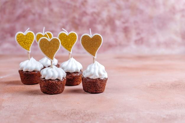 발렌타인 데이에 맛있는 미니 초콜릿 컵 케이크.