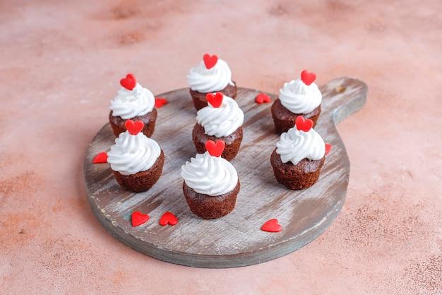 Вкусные мини шоколадные кексы на день всех влюбленных.