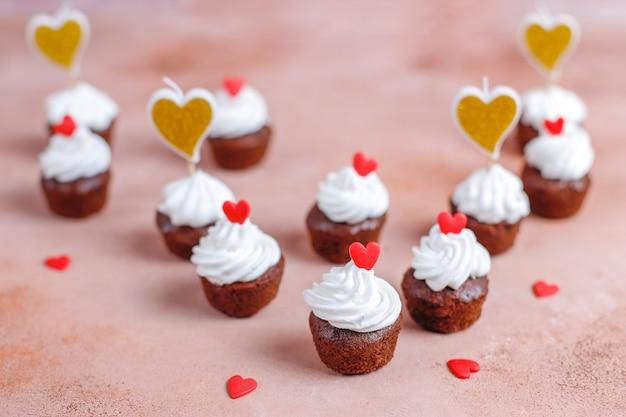 발렌타인 데이를 위한 맛있는 미니 초콜릿 컵케이크.