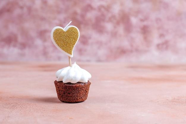Deliziosi mini cupcakes al cioccolato per san valentino.