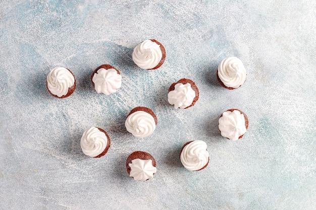 Deliziosi mini cupcakes al cioccolato.