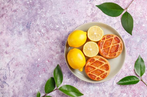 新鮮なレモン、トップビューでおいしいミニレモンパイ