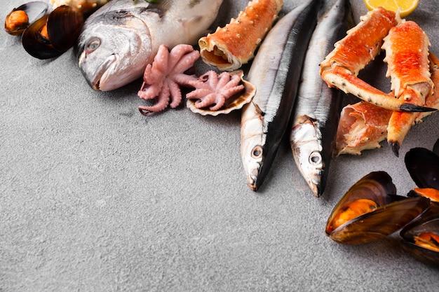 Вкусный микс из морепродуктов на столе