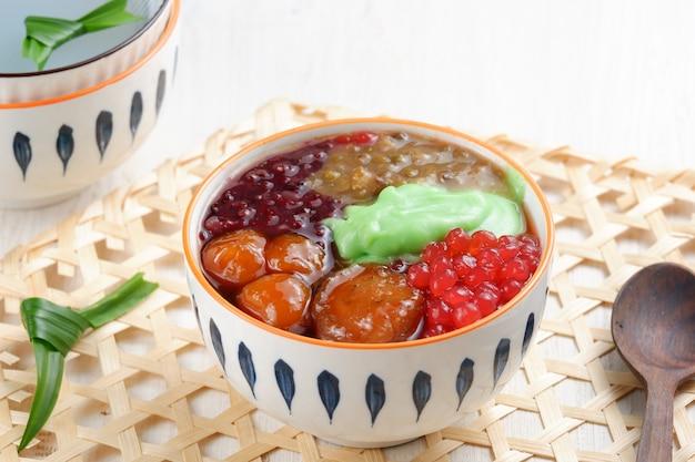 Вкусная каша или бубур кампиун - это особый минанг. колак часто встречается во время рамадана.