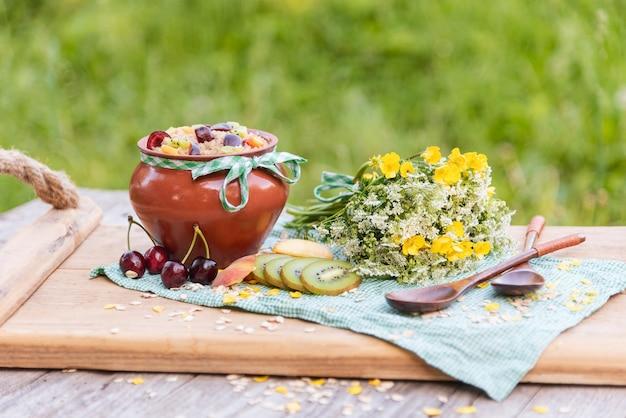 さまざまな果物や果実と朝食のためのおいしい朝のお粥