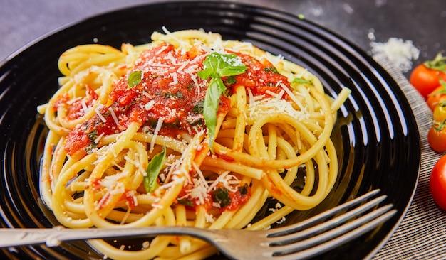 토마토 소스를 곁들인 맛있는 군침이 도는 클래식 이탈리안 pspaghetti