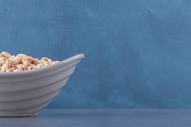 青い背景に、ボウルにおいしいミューズリー。