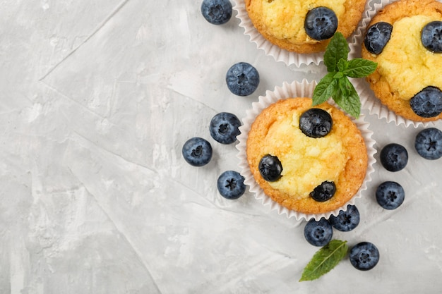 Deliziosi muffin con i mirtilli copia spazio