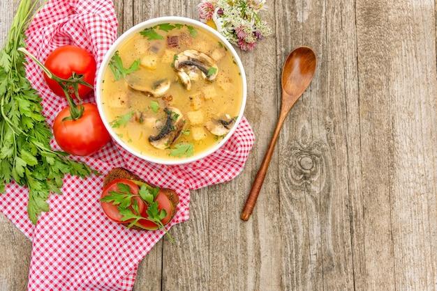 Вкусный грибной суп на природе.