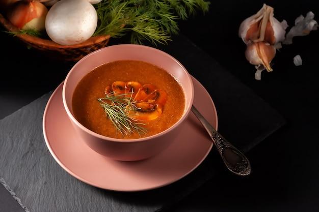 Вкусный грибной суп с укропом и жареными тостами на столе. горизонтальный вид сверху сверху