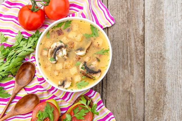 Вкусный грибной суп с помидорами и зеленью
