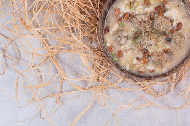 木製のボウルにおいしいキノコのスープ