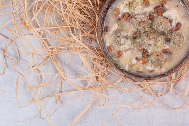 Deliziosa zuppa di funghi in una ciotola di legno