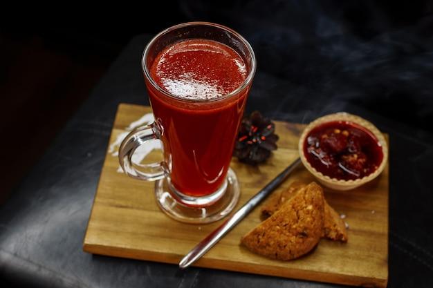나무 보드에 비스킷과 딸기와 함께 맛있는 무알콜 칵테일 디저트