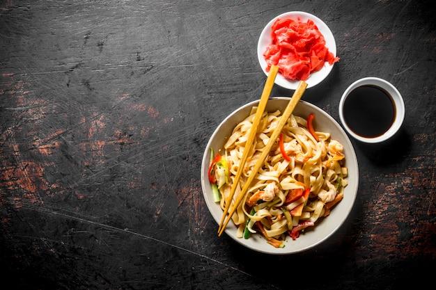 生姜と醤油が入った美味しい麺。暗い素朴な背景に