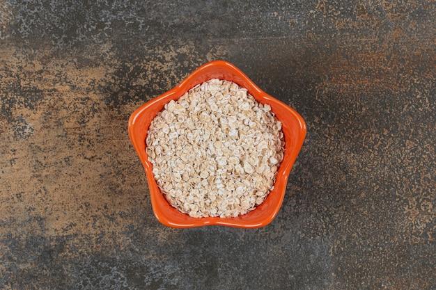 オレンジボウルに入ったおいしいオーツ麦フレーク。