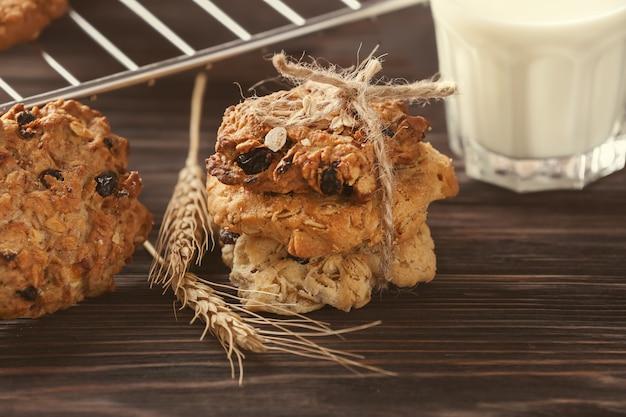나무 테이블에 건포도와 맛있는 오트밀 쿠키