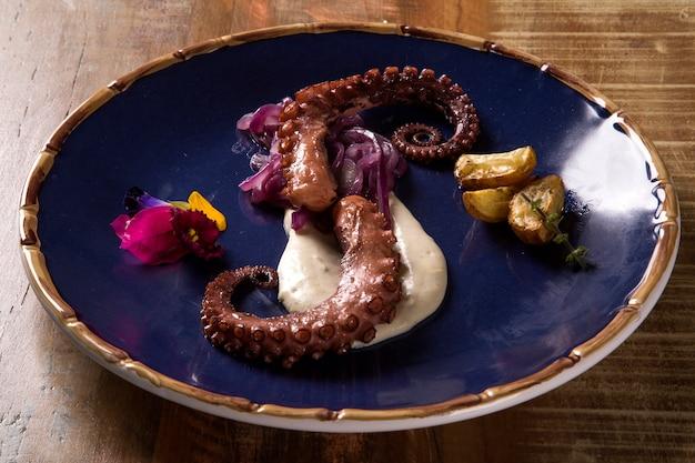 Вкусное блюдо из осьминога с белым тартуфо