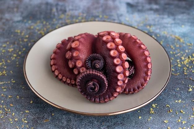 Вкусные щупальца осьминога подаются на тонкой тарелке