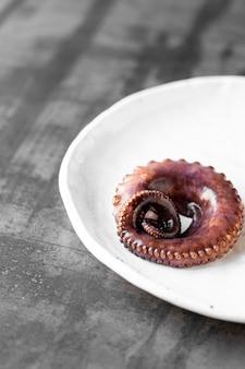 접시에 맛 있는 문어 촉수가 제공됩니다. 해산물 개념