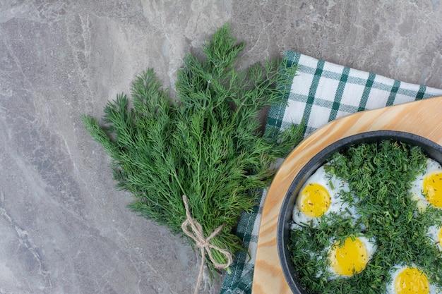 Deliziose omelette con verdure in padella scura su tela di sacco. foto di alta qualità