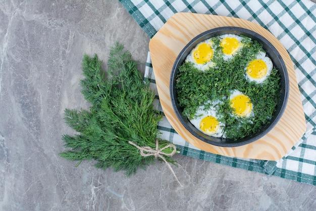 Вкусные омлеты с зеленью на темной сковороде на мешковине. фото высокого качества Бесплатные Фотографии