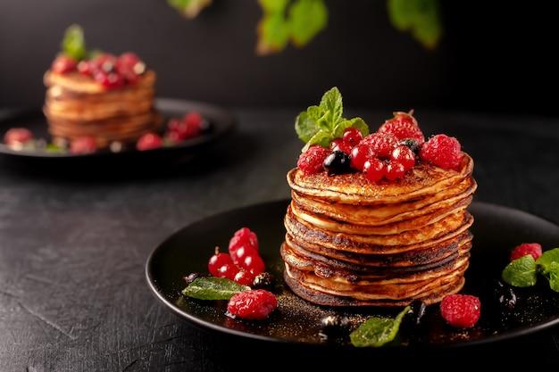 ラズベリー、カラント、イチゴのフレッシュフルーツを使った焼きたてパンケーキだけ