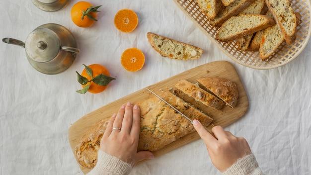 Вкусная оранжевая булочка на столе Бесплатные Фотографии