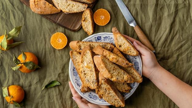 テーブルの上のおいしいオレンジパン