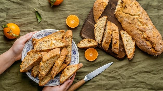 Вкусная оранжевая булочка на столе