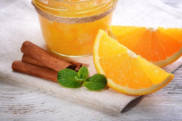 Вкусный апельсиновый джем на столе крупным планом