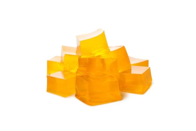 흰색 배경에 고립 된 맛있는 오렌지 젤리