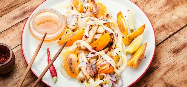 おいしいオリエンタルフード、麺、柿、なすのサラダ自家製マカロニサラダ
