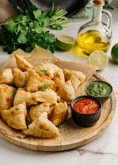 Вкусная пакистанская еда с соусом
