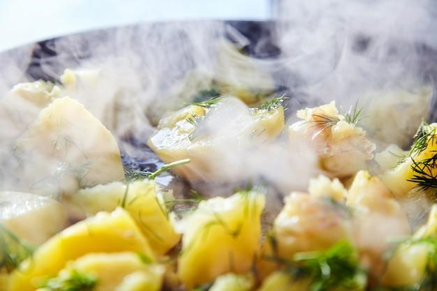 Вкусный жареный картофель с укропом