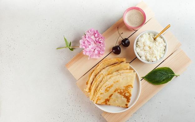 コーヒーとベリーの朝食デザートレシピフランス料理のコピーとプレート上のおいしいパンケーキ...