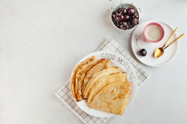 朝食おはよう警官のベリーコーヒーマグのコンセプトで飾られたプレート上のおいしいパンケーキ...